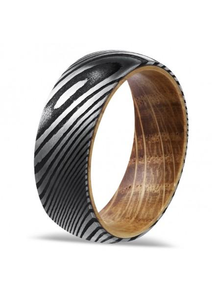 Bague en acier damassé et bois de chêne.